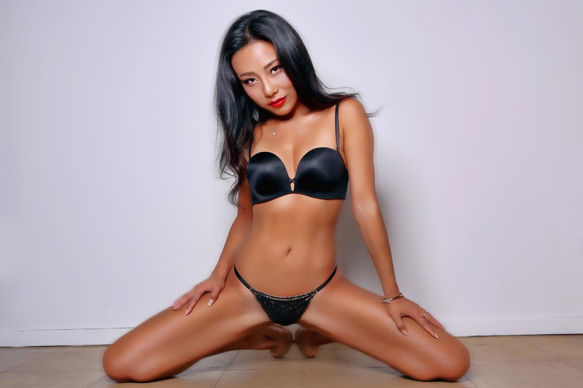VNB magazine model: Lilith
